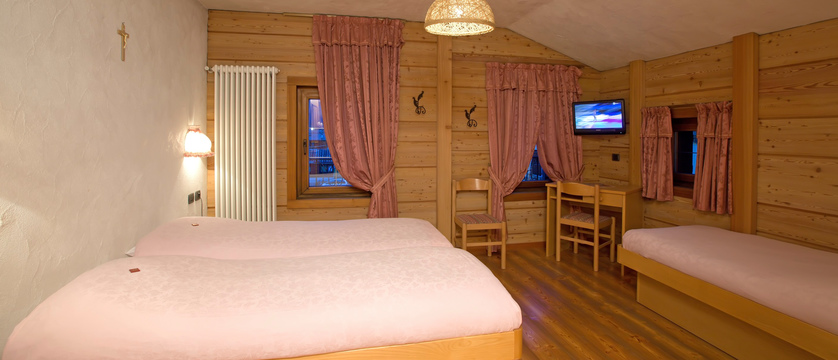 italy_livigno_hotel-la-montanina_bedroom2.jpg